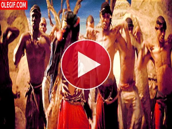 Rihanna rodeada de piratas