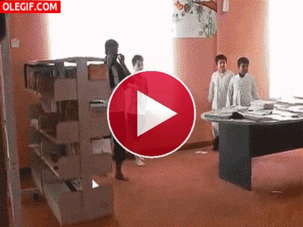 GIF: Este niño se estampa contra las sillas