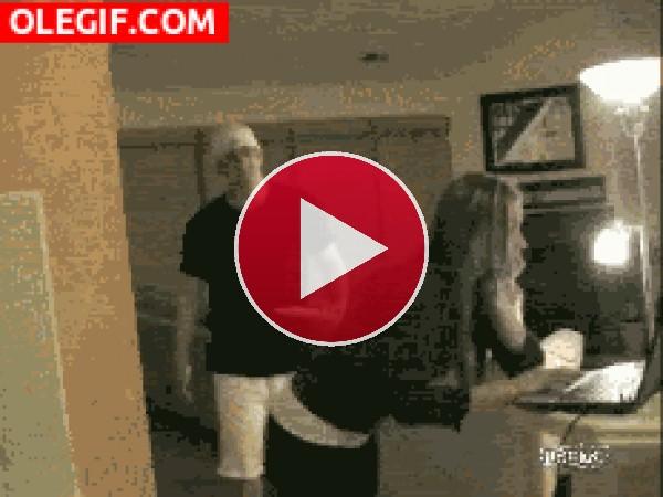 GIF: Vaya broma pesada que le gasta a su novia