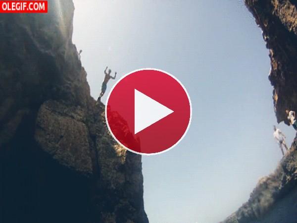 Saltando al agua entre las rocas