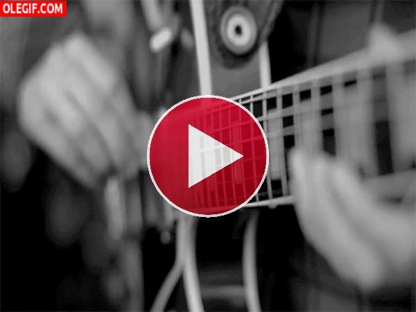 Púa sobre las cuerdas de la guitarra