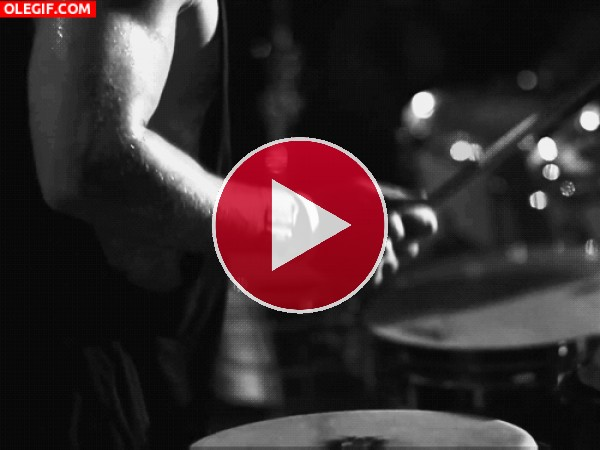 Brazos musculosos tocando la batería