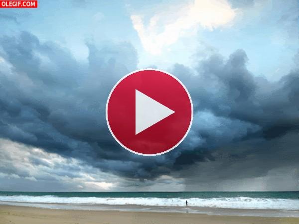 GIF: El movimiento del mar y las nubes