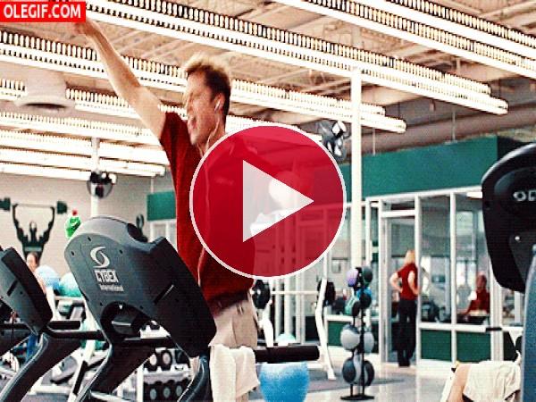 Brad Pitt lo da todo en la cinta de correr