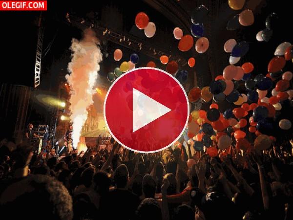 GIF: Globos y música en un concierto