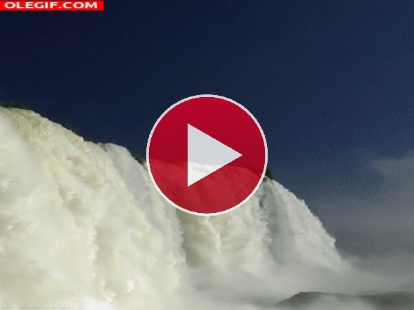 GIF: Agua cayendo por las Cataratas de Iguazú