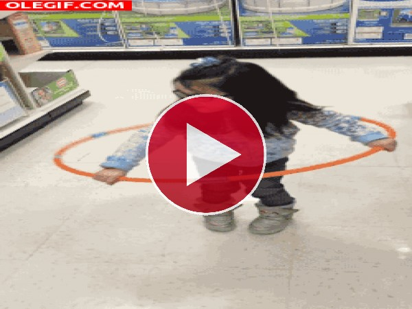 GIF: El tembleque de una niña al bailar el hula hoop
