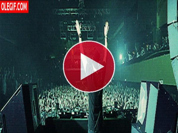 GIF: DJ animando el ambiente