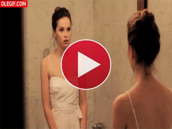 GIF: Chica frente al espejo