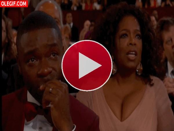 GIF: A Oprah le laten los pechos