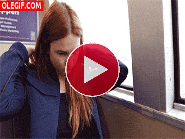 Buen invento para echar una cabezadita en el tren