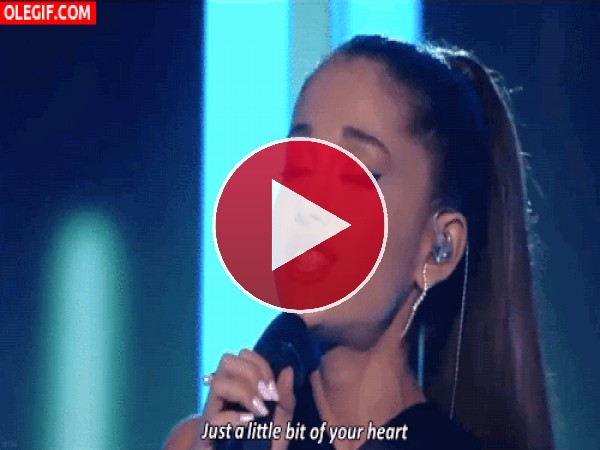 Ariana Grande cantando con mucha pasión