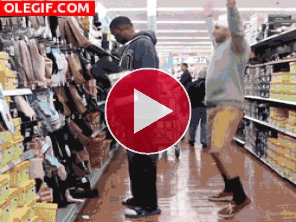 GIF: Haciendo el tonto en el supermercado