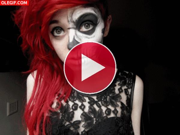 Chica maquillándose para el Día de Muertos