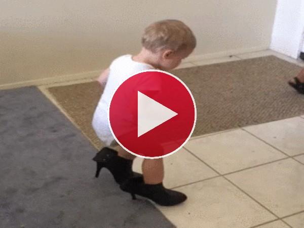 GIF: A este bebé le gustan los tacones de mamá