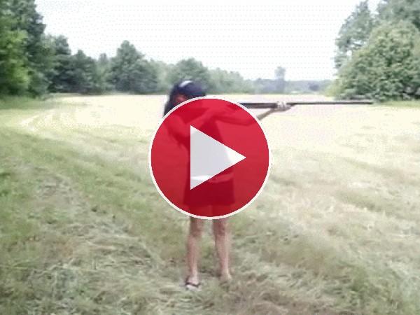 GIF: Vaya golpe se lleva esta chica al disparar la escopeta