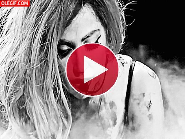 GIF: Lady Gaga cantando por los suelos