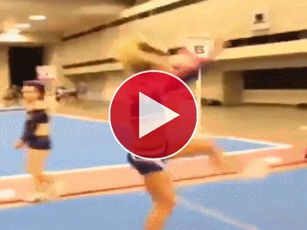 GIF: Menudo golpe se pega esta chica