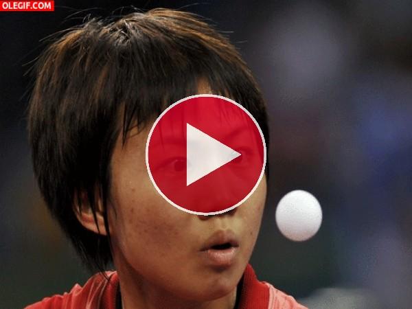 Sayaka Hirano contemplando la pelota