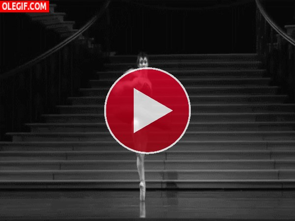 GIF: Bailarina interpretando al cisne negro