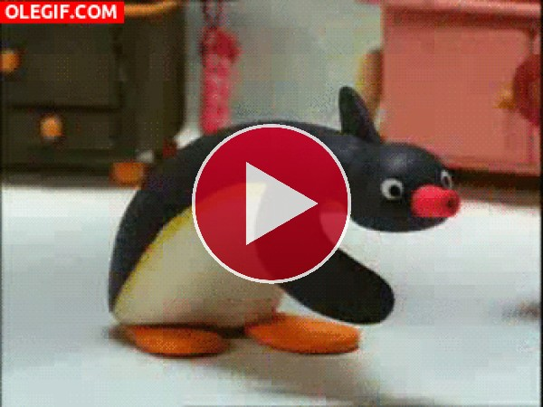 Este pingüino está aprendiendo a esquiar