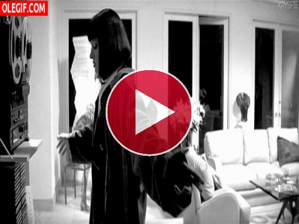 GIF: Mia Wallace bailando en su salón
