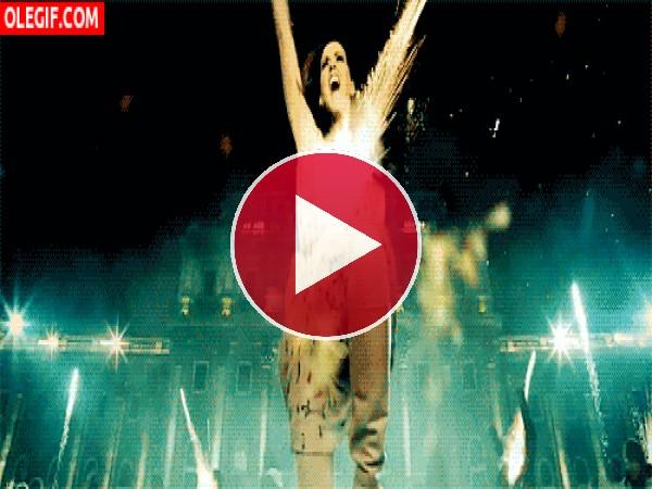 Katy Perry bailando bajo una lluvia de fuegos artificiales