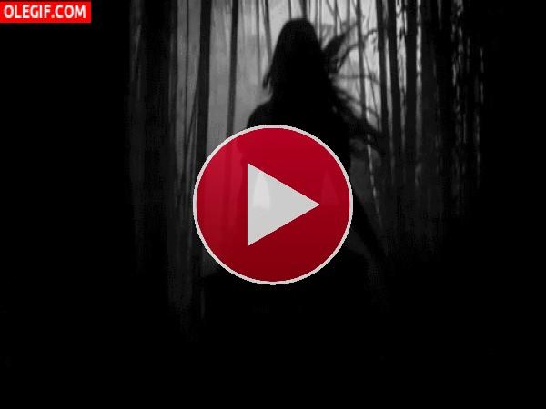Chica corriendo por un oscuro bosque