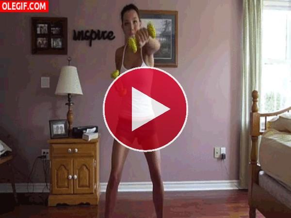 GIF: A esta chica le gusta hacer ejercicio en casa