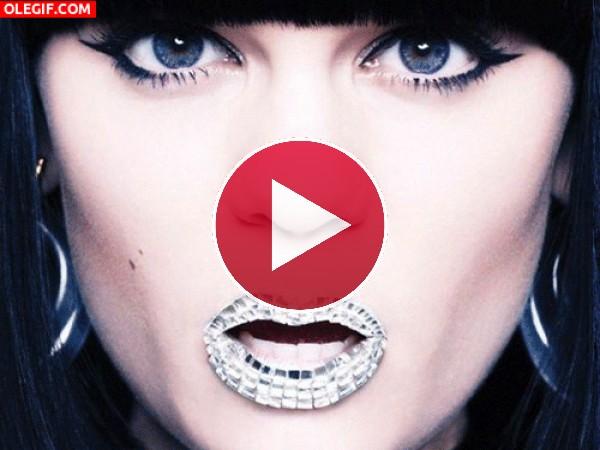 GIF: Los labios de Jessie J cambiando de color