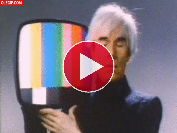 GIF: Andy Warhol bailando con un televisor