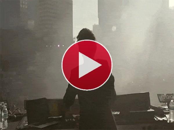 GIF: DJ saltando en una fiesta al aire libre
