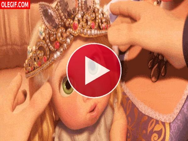 GIF: A esta princesita le queda grande la corona