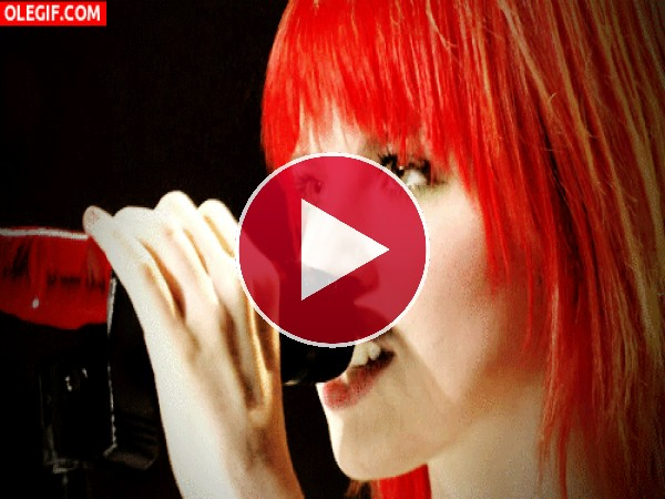 Hayley Williams cantando con mucho ímpetu