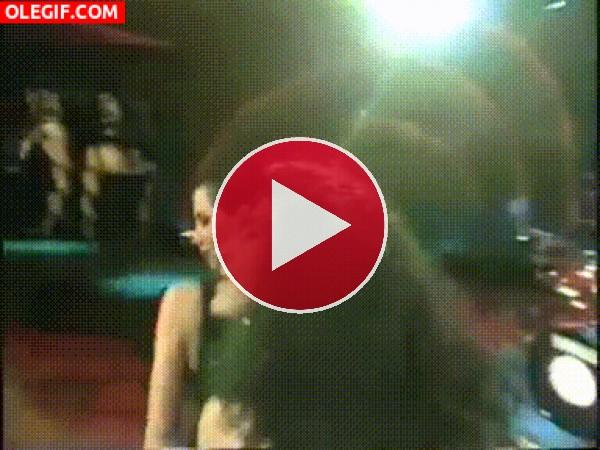 GIF: Las Azúcar Moreno se piran del escenario