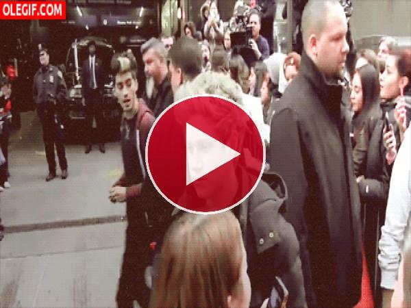 GIF: Niall Horan guiñando el ojo a sus fans