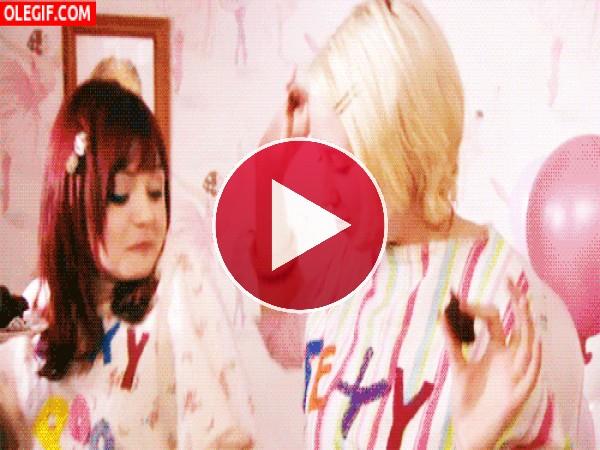 GIF: Fiesta de pijamas con bailes y brownies