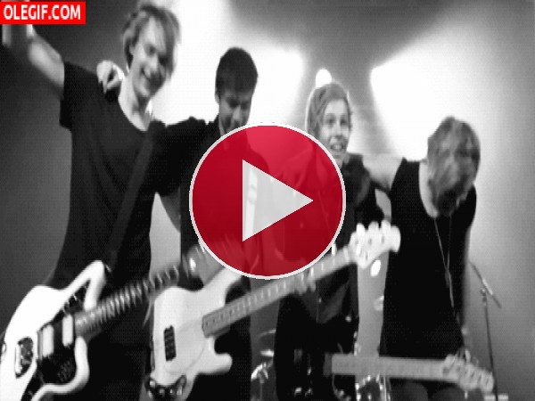 "GIF: Los chicos de ""5 Seconds of Summer"" saludando al publico"