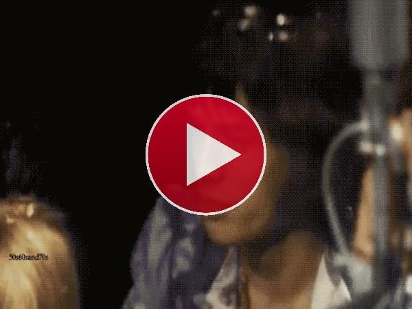 GIF: Mick Jagger canando y dando palmas