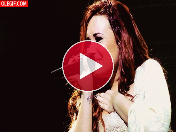 Demi Lovato llorando de felicidad en un concierto