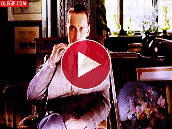 GIF: Un cigarro extralargo para Michael Fassbender