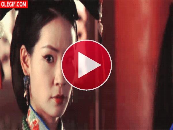 Lucy Liu moviendo la cabeza