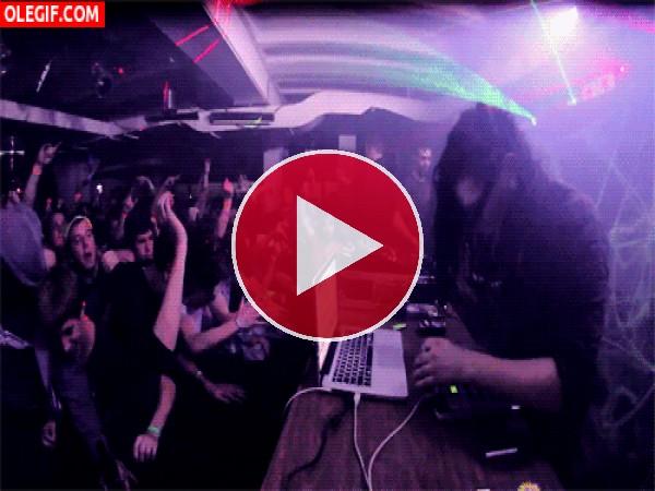 DJ pinchando entre luces
