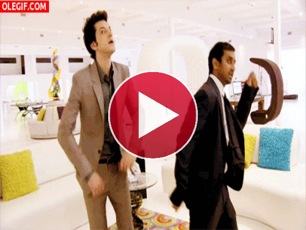 GIF: Bailando en la tienda de muebles