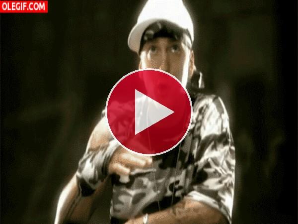 Eminem cantando con un look militar