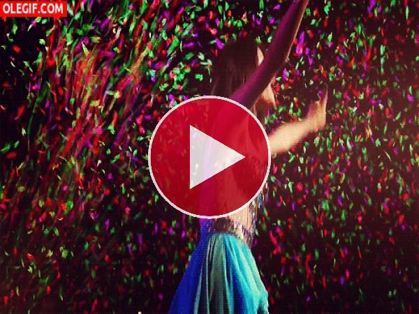 GIF: Bailando bajo una lluvia de confeti