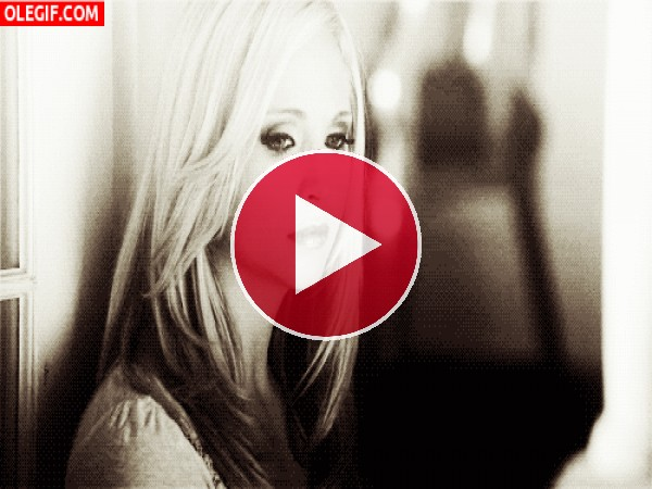 GIF: Chica reflexionando en soledad