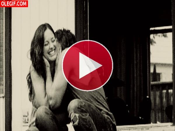 GIF: Un beso que te hace reír