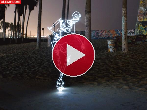Esqueleto iluminado bailando breakdancing