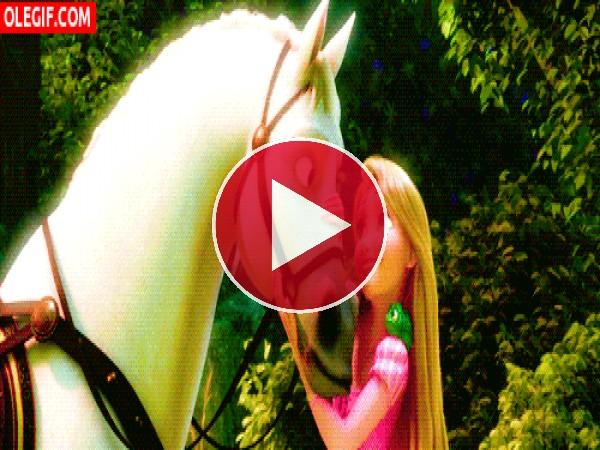 Rapunzel abrazando a su caballo